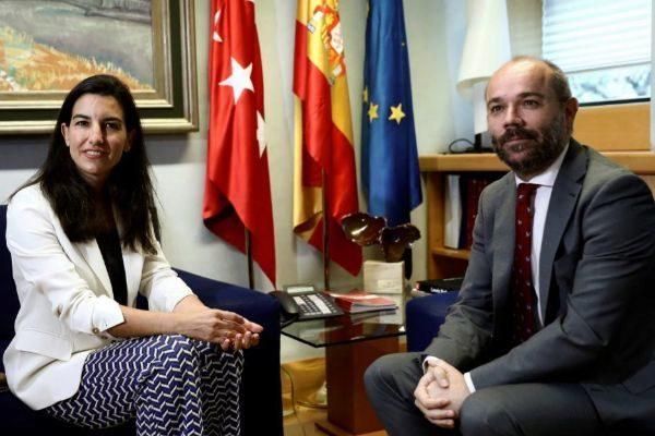 El presidente de la Asamblea de Madrid, J. Trinidad, y Rocío Monasterio (Vox).