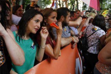 Representantes de Ciudadanos, este sábado en pleno escrache en la manifestación del Orgullo.