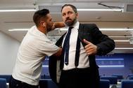 Un técnico coloca el micrófono a Santiago Abascal para una entrevista.
