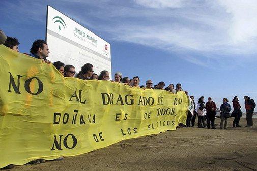 Imagen de una de las protestas celebrada contra el dragado del Guadalquivir.