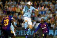 Maxi Gómez remata de cabeza en el duelo ante el Barça de la pasada campaña.