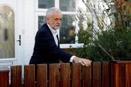 El líder de la oposición británica, Jeremy Corbyn, sale de casa.