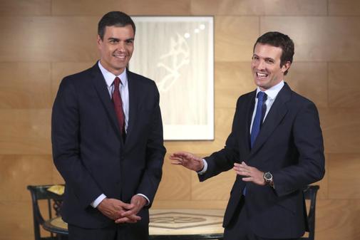 Pedro Sánchez y Pablo Casado durante su reunión en el Congreso