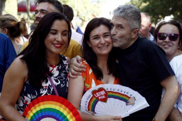 El ministro del Interior en funciones, Fernando Grande Marlaska, besa a la exministra de Sanidad, Carmen Montón (c), en presencia de la secretaria de Movimientos Sociales del PSOE, Mónica Silvana (i).