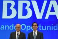 El ex presidente de BBVA, Francisco González, y su sucesor en el puesto, Carlos Torres.