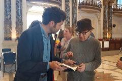 Allen firma uno de sus libros a Borja Sémper, en una imagen compartida por éste.