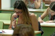 Alumnas durante la realización de un examen de Selectividad en Valencia.