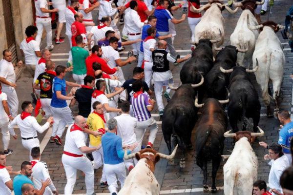 Los corredores, a la izquierda, no pueden coger toro.