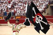 Padilla pasea la bandera pirata durante su despedida en 2018 en Pamplona.
