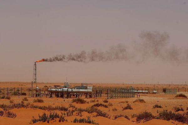 Una instalación de la petrolera saudí,  Aramco, en medio del desierto, cerca de la zona rica en petróleo de Khouris.