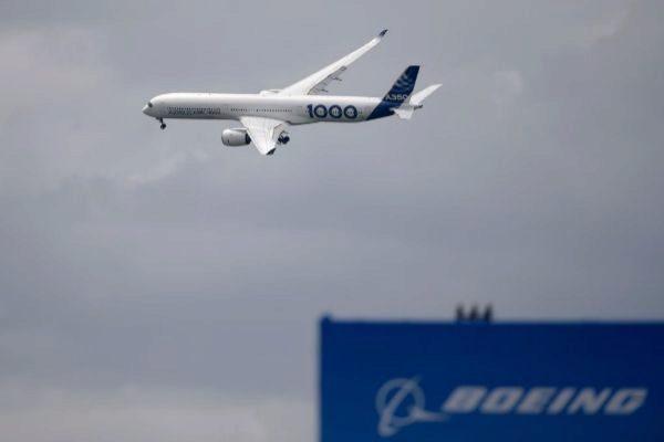 """Un avión vuela sobre una tabla que dice """"Boeing"""" en París"""