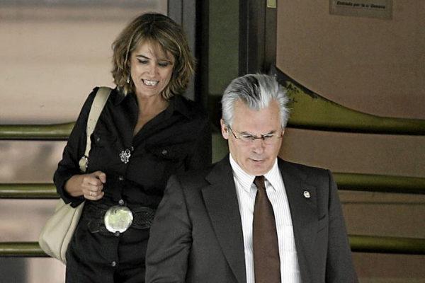 Baltasar Garzón y Dolores Delgado a su salida de la Audiencia...