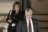 Baltasar Garzón y Dolores Delgado a su salida de la Audiencia Nacional como juez y fiscal, en 2008.