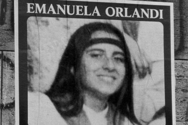 Fotografía de un póster en el que se pide información sobre Emanuela Orlandi.