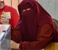 Latifa Dailal, comprobando un DNI el pasado 26-M en un colegio electoral de Ceuta.