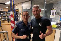 Rubén Castillo en la comisaría del Policía al que ayudó.