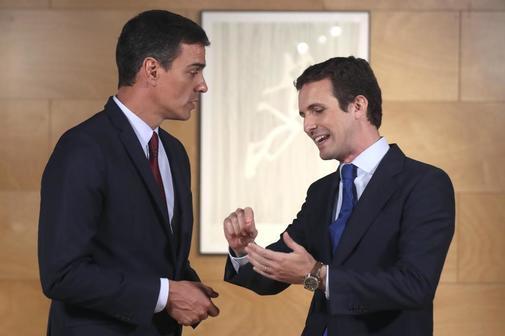 Pedro Sánchez y Pablo Casado, este martes en el Congreso de los...