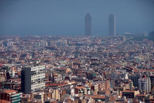 Aspecto de la ciudad de Barcelona, después de que la Generalitat haya declarado este lunes episodio por alta contaminación por partículas PM10.