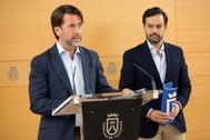 Carlos Alonso, presidente del Cabildo, con el presidente del Grupo Popular, Lope Alonso, tras pactar este martes.