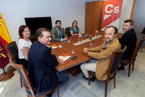 Los negociadores de Ciudadanos, PP y Vox con Isabel Franco, Fernando López Miras y Luis Gestoso al frente, en su reunión en la Asamblea de Murcia