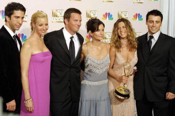 Los protagonistas de Friends, con el premio Emmy en 2002.