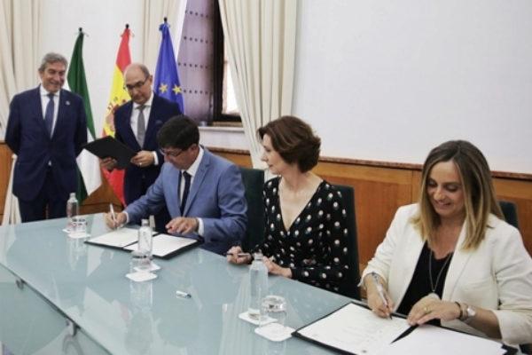 Los responsables políticos firman el convenio de la nueva señalítica turística.