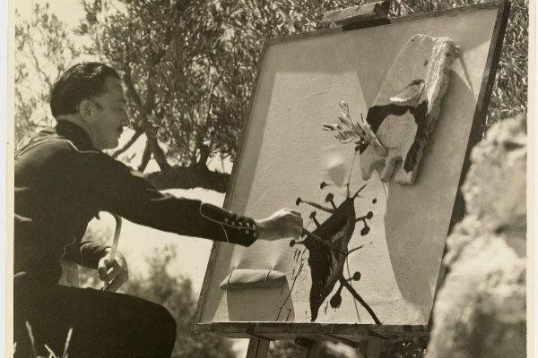 Dalí pintando en el campo de olivos de Portlligat en 1948.