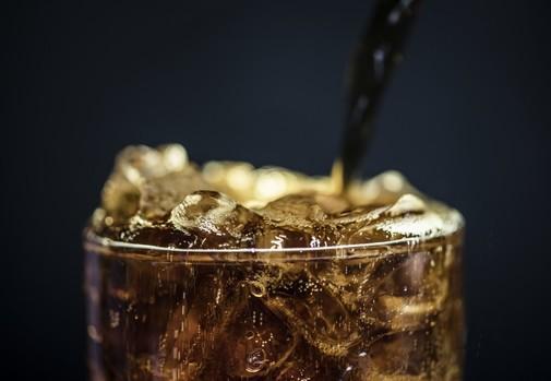 El estudio relaciona el exceso de consumo de bebidas azucaradas con un aumento del 22% del cáncer de mama.