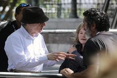 Woody Allen da instrucciones durante el rodaje en la Parte Vieja donostiarra.
