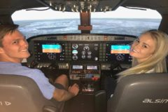 Megan Werner, que pilotó durante todo el viaje, y uno de sus compañeros