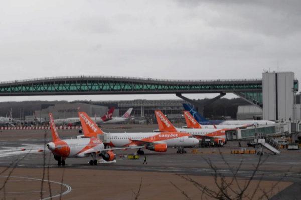 Vista de aviones aparcados en una pista del aeropuerto de Gatwick