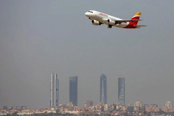 Un avión de Iberia despega en el aeropuerto de Barajas.