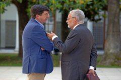Jesús Maeztu (a la izquierda) conversa con Juan Marín en el Parlamento.