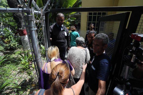 AME4982. CARACAS (VENEZUELA).- Familiares del capitán venezolano <HIT>Rafael</HIT> <HIT>Acosta</HIT> Arévalo llegan a la morgue este miércoles en Caracas (Venezuela). Familiares del capitán de corbeta <HIT>Rafael</HIT> <HIT>Acosta</HIT> Arévalo, muerto bajo custodia del Gobierno de Nicolás Maduro, acompañados de sus abogados ingresaron este miércoles a la morgue donde se encuentra el cadáver de <HIT>Acosta</HIT> Arévalo. Se espera que en el transcurso del día el cuerpo sea entregado a sus familiares. Arévalo se encontraba bajo la custodia de la Dirección General de Contrainteligencia Militar de Venezuela desde el 21 de junio de 2019 y estaba acusado de golpista por el Gobierno.
