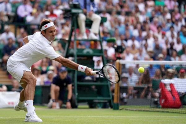 Federer devuelve la bola a Nishikori.