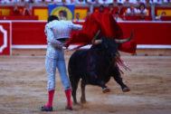 Manoletina de compás abierto al bajo y cornalón tercero de la corrida de Jandilla.