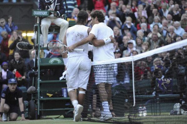 Nadal y Federer, tras la épica final de 2008.