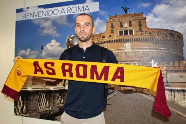 Pau López a su llegada a Roma.