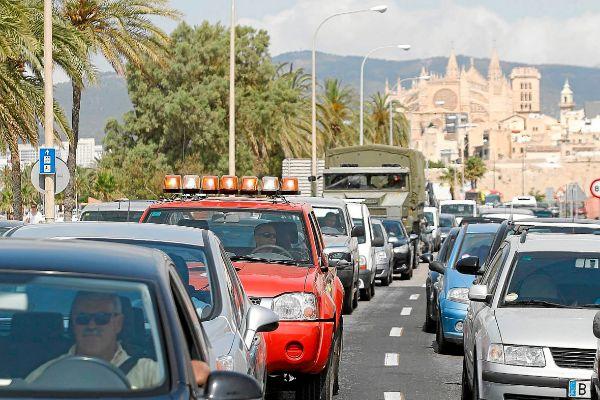 Atasco de coches a la salida de Palma con la Catedral al fondo.
