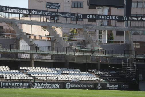 La obra en las gradas del estadio Castalia ha aflorado focos de murciélagos y nidos de pájaros.