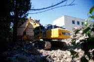 Una excavadora trabaja en el derribo del Colegio Alemán, este miércoles.