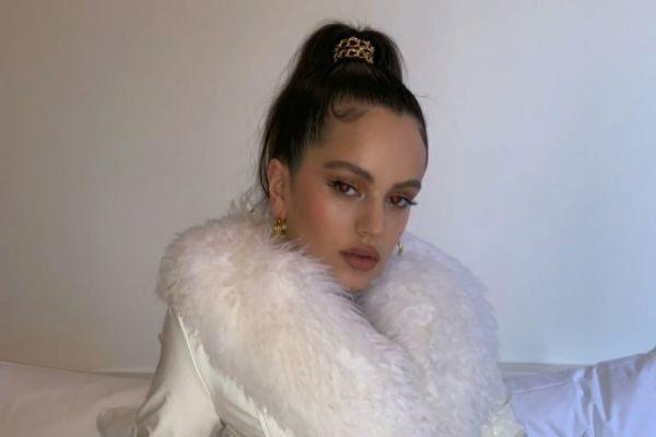 Rosalía con un abrigo de pieles de Saks Potts, por el que ha recibido muchas críticas en las redes