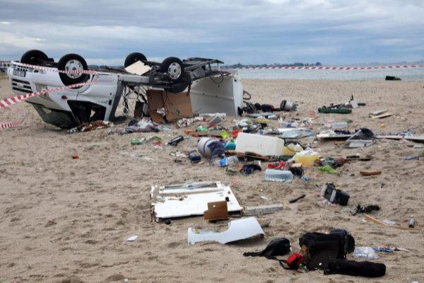 Los dos turistas checos que viajaban en este coche, volcado en Sozopolis (Grecia) murieron debido al temporal.