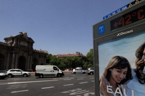 La Puerta de Alcalá, a finales de junio, durante la última ola de calor en Madrid