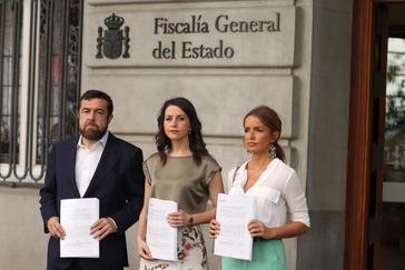 Inés Arrimadas, Patricia Reyes y Miguel Gutiérrez presentan la denuncia por las agresiones en el Orgullo Gay