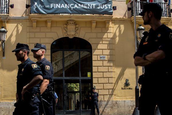 Agentes policiales custodian la Disputación de Valencia el día que se produjeron las detenciones en el marco de la 'operación Alquería', hace un año.