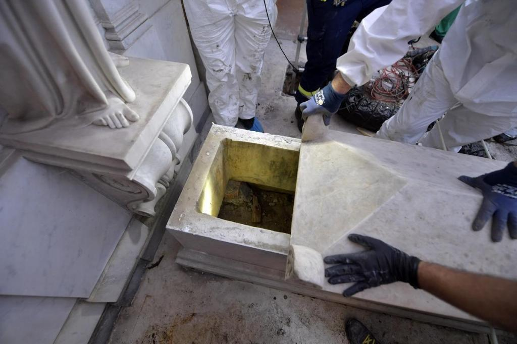 Vatican City (Vatican City State (holy See)).- A handout picture provided by the Vatican Media shows the opening of two tombs at the Teutonic Cemetery in relation to the investigations into the case of Emanuela <HIT>Orlandi</HIT>, Vatican City, 11 July 2019. The tombs of two princesses in the Vatican's Teutonic Cemetery, opened in a search for the body of Emanuela <HIT>Orlandi</HIT>, have been found empty, her brother Pietro said Thursday. <HIT>Orlandi</HIT>, the daughter of a Vatican worker, disappeared in summer 1983 at the age of 15. The Vatican confirmed 'the outcome of the search has been negative'. The Vatican court's promoter of justice ordered the two tombs to be opened after a petition from <HIT>Orlandi</HIT>'s family. (Abierto) EPA/ HANDOUT EDITORIAL USE ONLY/NO SALES