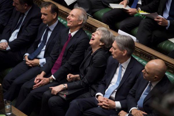La primera ministra británica en funciones, Theresa May (c), durante...