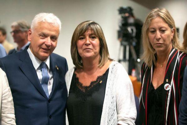 La alcaldesa de L'Hospitalet de Llobregat, Núria Marín (c) junto a...