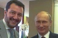 Matteo Salvini y Vladimir Putin se saludan.